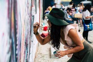 artist-painting-on-street